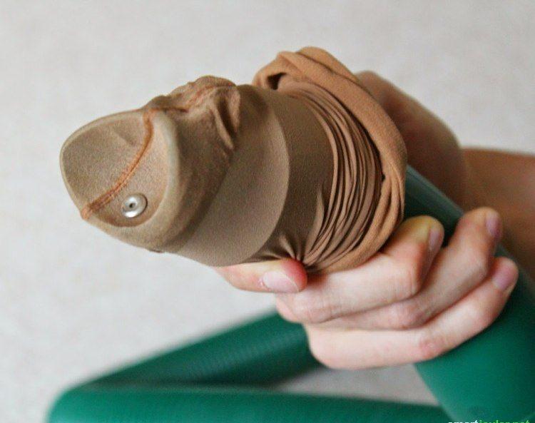 Verlorene Kleinstgegenstände schnell wiederfinden - einfach einen Strumpf über die Staubsaugerdüse und los!