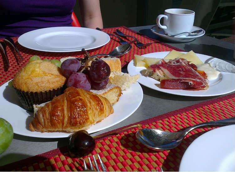 Um Geld zu sparen, prüfe Frühstücksoptionen bevor du eine Unterkunft buchst