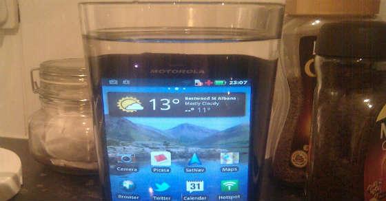 handy oder tablet ins wasser gefallen? so rettest du es