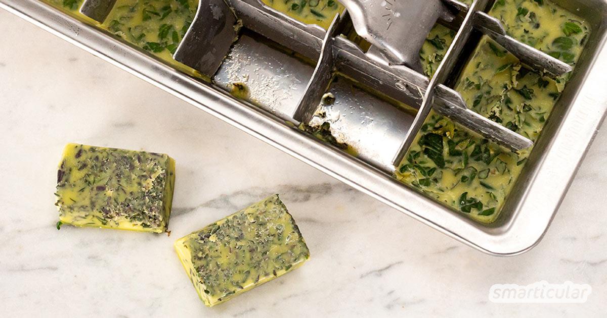 Kräuter einfrieren - pur, als Pesto oder als Würfel in Olivenöl - das sind drei verschiedene Methoden, um Kräuter fürs ganze Jahr zu konservieren.