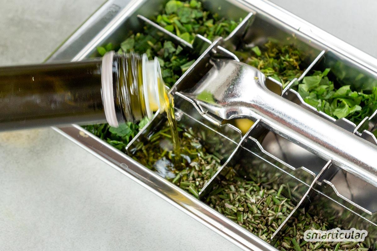 Frische Kräuter lassen sich fürs ganze Jahr haltbar machen, indem du sie einfrierst oder zu Pesto verarbeitest.