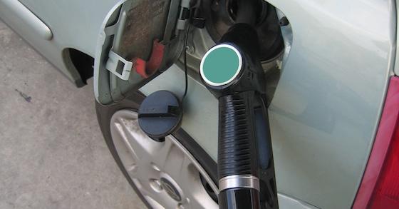 Ständig steigende Kraftstoffpreise können die Freude am Autofahren schnell verderben. Dabei gibt es einige kaum beachtete aber sehr effektive und preiswerte Möglichkeiten, den Verbrauch zu senken. Wusstest du, dass ein verschmutzter Luftfilter bis zu sieben Prozent Mehrverbrauch verursacht? Der Grund dafür liegt im ungünstigeren Verbrennungsverhalten. Durch den verschmutzten Luftfilter strömt weniger Verbrennungsluft in den Motor. Um die gleiche Leistung zu erbringen, regelt die Motor-Elektronik moderner Fahrzeuge mit Direkteinspritzung nach und erhöht die eingespritzte Kraftstoffmenge. [adblock] Deshalb musst du aber nicht gleich loslaufen, und einen neuen Luftfilter kaufen. Meistens geht es auch viel preiswerter! So gehst du vor, um den Luftfilter vom Schmutz zu befreien und den Kraftstoffverbrauch zu reduzieren: 1. Baue den Luftfilter nach Anleitung des Fahrzeug-Herstellers aus. Meistens geht das sehr einfach, es müssen nur ein paar Clips und der Deckel vom Filtergehäuse entfernt werden. 2. Klopfe alle groben Schmutzteile wie Blätter, Insekten usw. aus dem Filter. 3. Benutze einen Staubsauger, um auch den feinen Staub aus der Filteroberfläche zu entfernen. Der Filter sollte dabei nicht verbogen oder beschädigt werden, damit er später noch optimal funktioniert. 4. Nach erfolgter Reinigung kannst du den Filter wieder einbauen. [BILD einfügen] Besonders lohnend ist diese Reinigung nach der Pollen-Saison im Frühjahr. Eine solche Behandlung verlängert die Lebenszeit deines Luftfilters im Auto leicht auf die zwei- bis dreifache Dauer, und erspart einen teuren Neukauf. Wenn der Filter schon zu alt und zu stark verschmutzt ist, lohnt sich der Neukauf: Durch die damit erzielte Kraftstoff-Einsparung holst du die Kosten für einen neuen Filter schnell wieder herein. Wenn du den Filter selbst kaufst und einbaust, sparst du ganz nebenbei auch gleich die relativ hohen Werkstattkosten - es geht einfach und kann fast immer ohne Werkzeug erledigt werden. Welche Tricks nutzt du, um