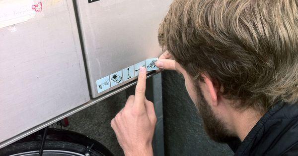 Mit diesen Stickern teilst du ungewöhnliche Gebrauchsgegenstände mit deinen Nachbarn und sparst Geld und Ressourcen