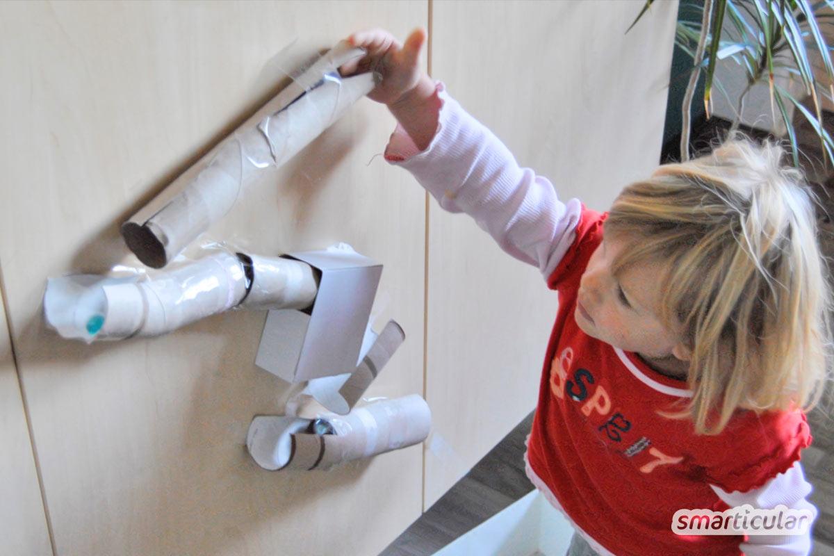 Spielzeug muss nicht teuer sein. Aus wenigen Mitteln die in jedem Haushalt zu finden sind bastelst du mit deinen Kindern eine spannende Kugelbahn!
