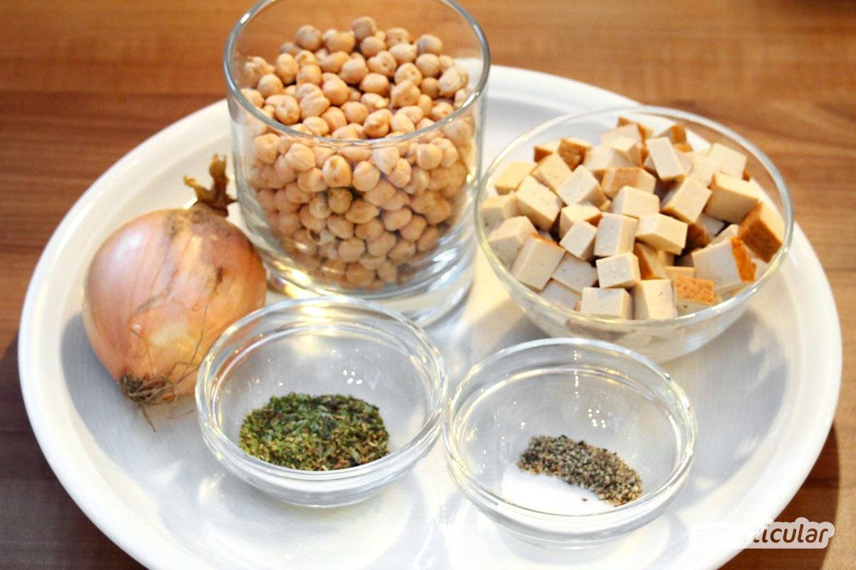 Um vegane Leberwurst selber zu machen, brauchst du nur ein paar Gewürze und zwei einfach erhältliche Zutaten: Kichererbsen und Räuchertofu.