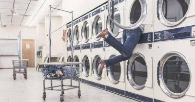 Wäschewaschen kostet viel Zeit, Energie und auch Geld. Es gibt ein paar einfache Kniffe, mit denen du diese Arbeit erleichterst. Die besten findest du hier!