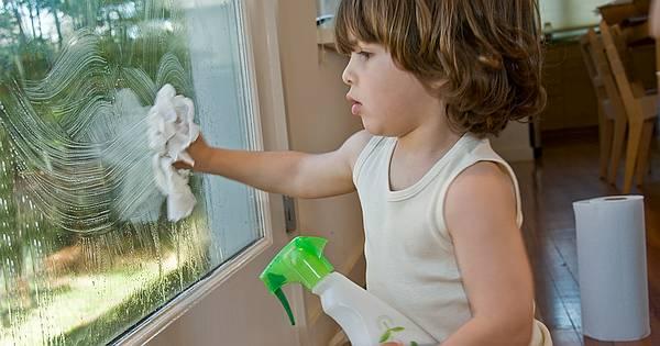 Fenster putzen ist keine angenehme Angelegenheit. Aber warum es noch unangenehmer machen mit chemischen Reinigern? Hier eine natürliche Alternative!