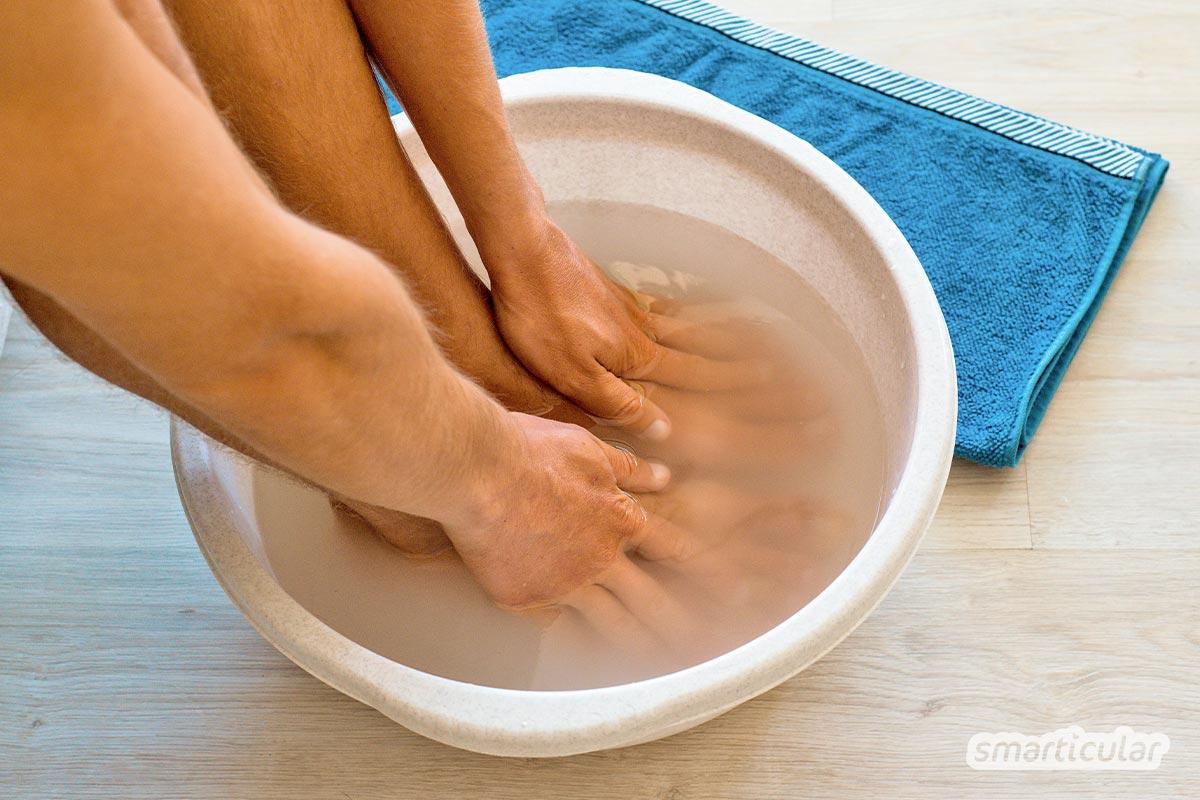 Statt ein teures Produkt zu kaufen, kannst du ein Basenbad selber machen - mit der richtigen Menge Natron und körperwarmem Wasser.