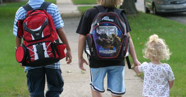 Schon in früher Kindheit können kleine Fehler zu späteren Rückenschmerzen und chronischen Problemen führen. Auf diese Dinge solltest du achten.