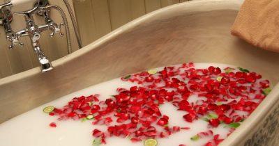 Ein warmes Bad zur Entspannung ist gut für Körper und Seele. Hier findest du Rezepte für gesunde Verwöhnbäder mit natürlichen Zutaten, die du wahrscheinlich schon im Haus hast.