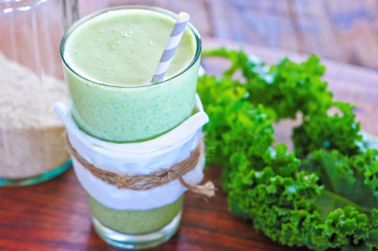 Grüne Smoothies sind gesunde Fitmacher aus dem Mixer. Was es damit auf sich hat und was du bei der Zutatenwahl und beim Mixen unbedingt beachten solltest.