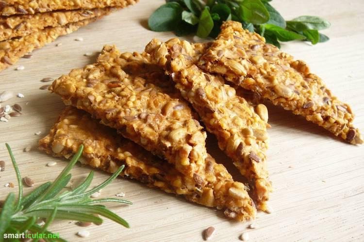 Knäckebrot zubereiten ist einfacher als du vielleicht denkst. In wenigen Schritten stellst du deinen eigenen gesunden Snack für zwischendurch her.
