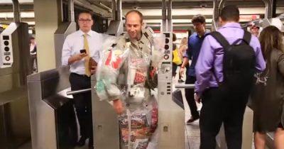 TrashMe! New Yorker Aktivist macht mit Müllanzug auf Wegwerf-Wahnsinn aufmerksam