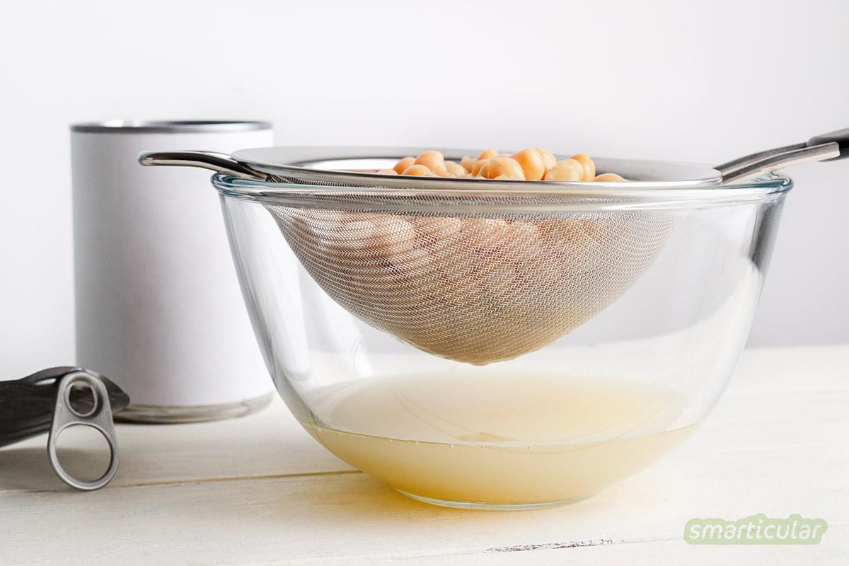 Veganer Eischnee lässt sich wunderbar aus Kichererbsenwasser, auch Aquafaba genannt, herstellen. Er ist eine echte Alternative zu Eischnee aus Hühnereiweiß.