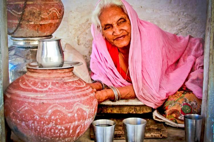 Dieser indische Gewürz-Chai aus Zimt, Ingwer, Kardamom und Nelke wärmt dich im Winter und gibt dir Kraft für den Alltag.