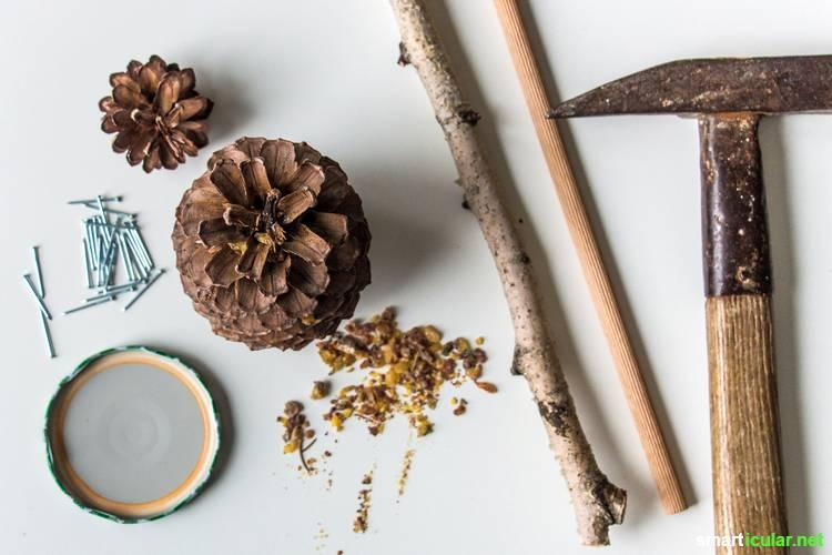 Eine preiswerte und naturnahe Alternative zu Wunderkerzen kannst du kinderleicht selber bauen. Dafür brauchst du nur Tannenzapfen, etwas Baumharz und Werkzeug.