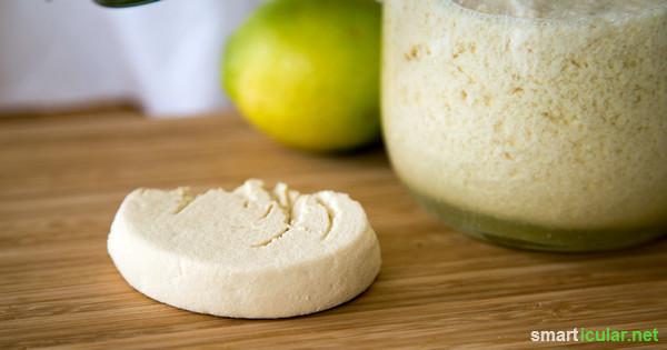 Tofu, die gesunde Fleisch-Alternative, lässt sich in der Küche vielseitig verarbeiten. Noch besser schmeckt der Bohnenquark, wenn du ihn aus Sojamilch und Zitronensaft selbst herstellst!