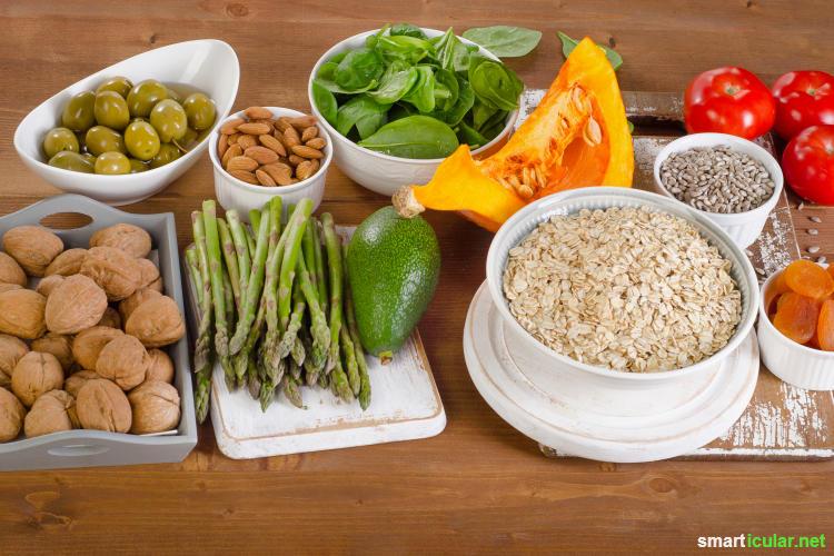 Vergiss teure Cremes und Pflegeprodukte gegen Cellulite - mit natürlichen Hausmitteln wie Efeu, Massagen und der richtigen Ernährung lässt die berüchtigte Orangenhaut ganz von allein nach.