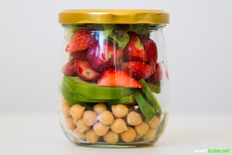 Keine Lust auf Kantinen-Essen? Probiere stattdessen doch mal gesunden, abwechslungsreichen Salat im Glas - schnell, lecker und ohne Abfall.
