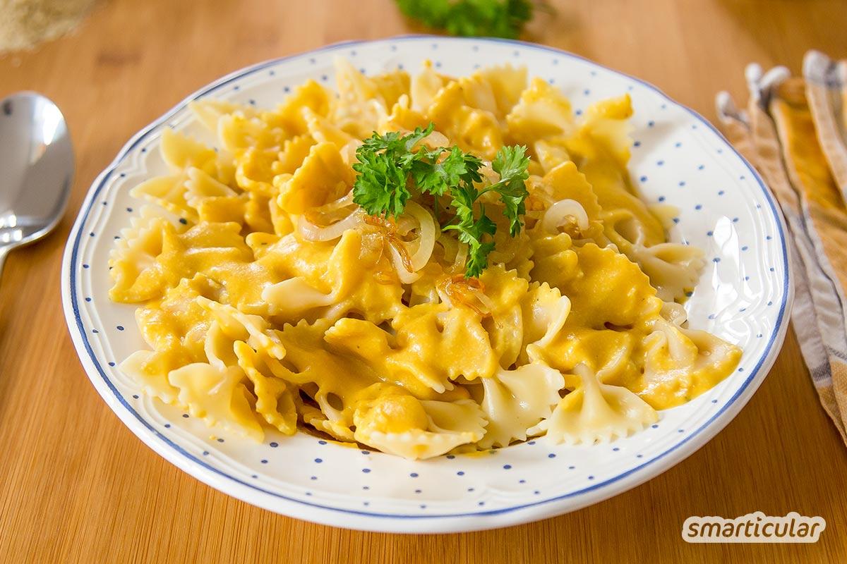 Käsesoße wird oft schmerzlich vermisst, wenn man den Konsum von Milchprodukten reduzieren möchte. Nicht mit diesem Rezept: Aus Kartoffeln und Möhren wird die beste vegane Käsesoße!