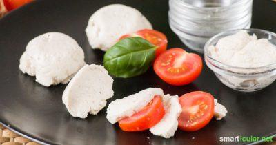 Echter Mozzarella lässt sich natürlich nicht ohne Milch herstellen. Diese Köstlichkeit hier aber schon! Aus nur drei Zutaten hast du schnell eine vegane Mozzarella-Alternative gezaubert.