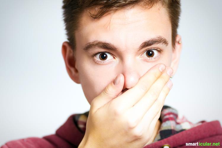 Kurz nach dem Zähneputzen riecht es schon wieder unangenehm aus dem Mund? Mundgeruch kann viele Ursachen haben - mit diesen natürlichen Hausmitteln wirst du ihn wieder los.