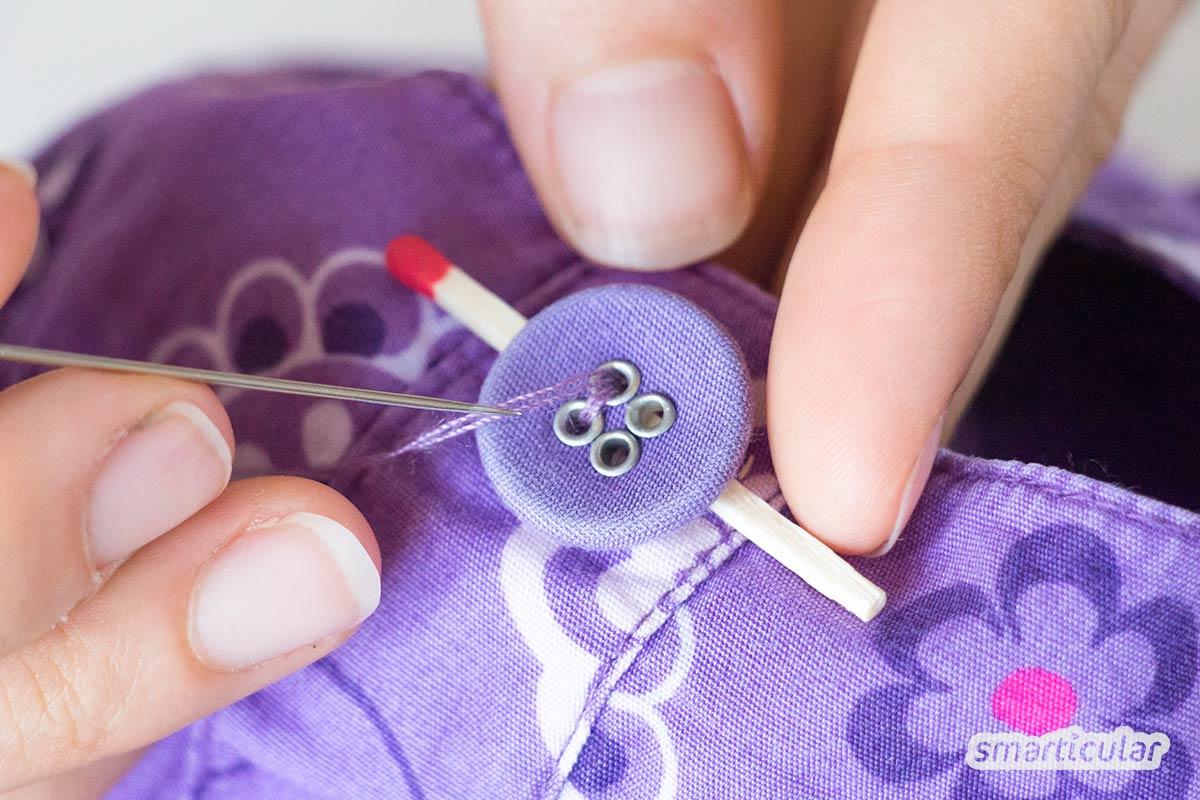 Kleider zu reparieren, ist gar nicht so schwer. Besonders Kinderkleidung (Jeans mit Löchern, abgerissene Knöpfe und Co.) lässt sich einfach ausbessern.