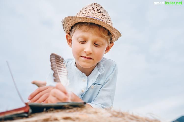 Lass Spielzeug, Mal- und Bastelsachen im Urlaub zu Hause und sammle natürliche Spielmaterialien vor Ort. Kindgerechtes Spielzeug für alle Sinne findet sich überall!