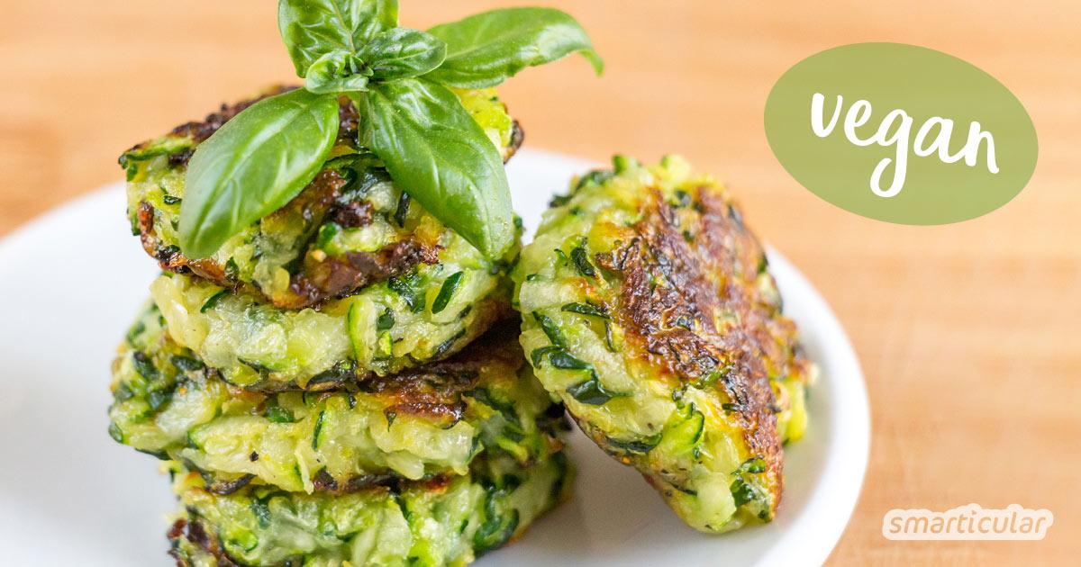 Mit diesem einfachen Rezept aus zwei Zutaten lassen sich Zucchini-Puffer vegan zubereiten - für mehr Abwechslung in deinem Speiseplan!