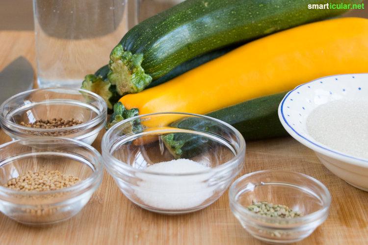 Wenn im Sommer alle Zucchini gleichzeitig reifen, ist Kreativität bei der Verarbeitung gefragt. Diese süß-sauer eingelegten Zucchini kannst du bis in den Winter hinein lagern und genießen!