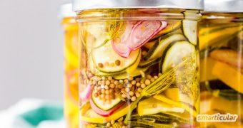 Zucchini süß sauer einzulegen ist ganz einfach und sorgt dafür, dass die sommerliche Zucchini-Schwemme bis in den Winter haltbar ist.