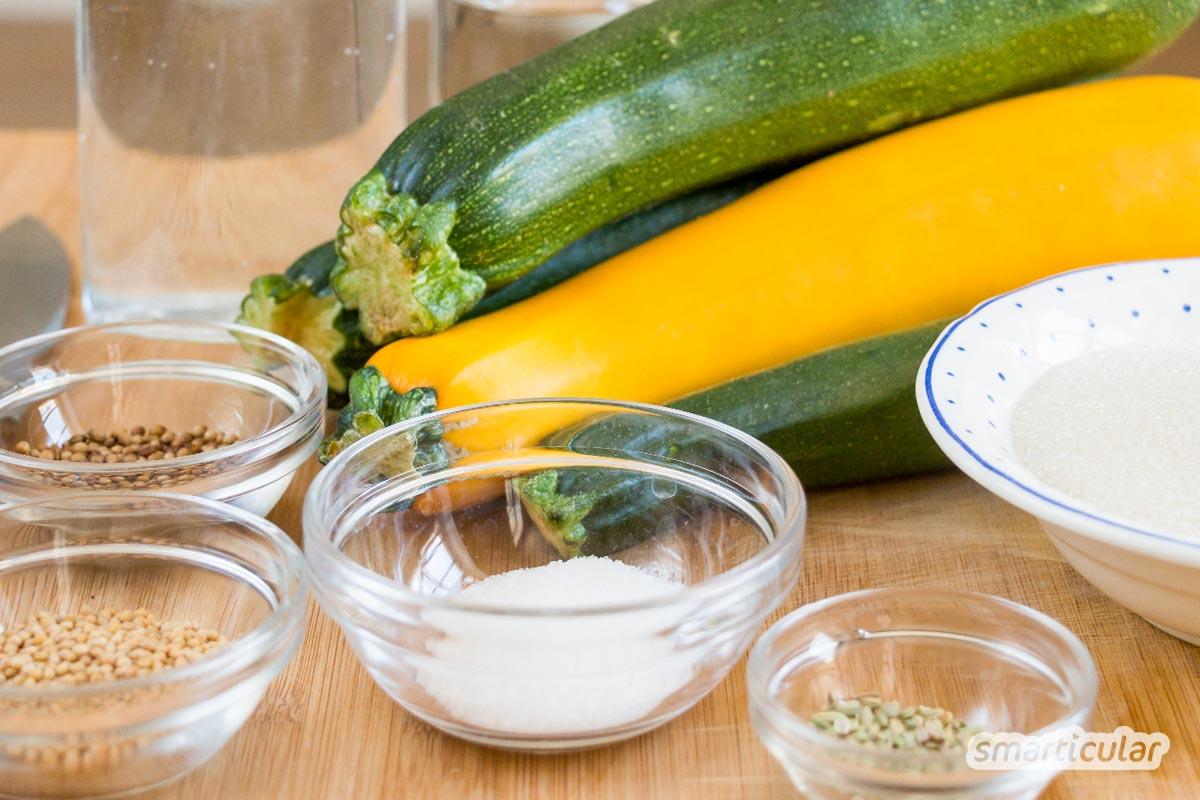 Zucchini süß sauer einzulegen ist ganz einfach und sorgt dafür, dass die sommerliche Zucchini-Ernte bis in den Winter haltbar ist.