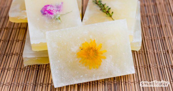 Seife gießen geht ganz einfach mit Glycerinseife. Dafür sind keine ätzenden Chemikalien notwendig, sodass auch Kinder mitmachen können.