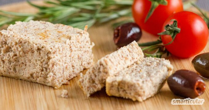 So einfach geht veganer Feta: Eine pflanzliche Alternative zum Käse lässt sich aus den Tresterresten der Nussmilchherstellung selber machen.