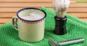 Statt Rasierschaum aus der Sprühdose: Probiere doch mal dieses Rezept für Rasierseife! Mild zur Haut, pflegend und vorbeugend gegen Irritationen.