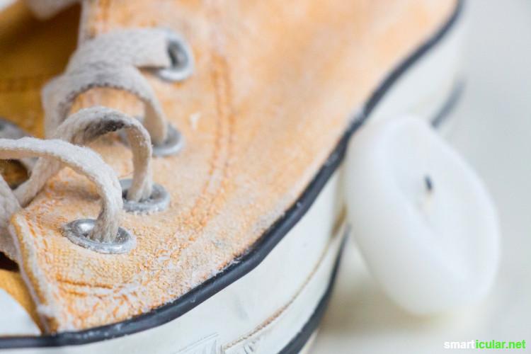 Nasse Schuhe und Füße wegen des schlechten Wetters? Mit einfachen Hausmitteln kannst du deine Schuhe imprägnieren und wasserabweisend machen.