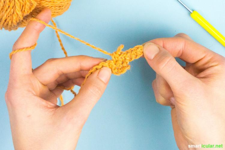 Jeder kann häkeln! Mit diesen Tipps und Tricks ist es auch für Anfänger ganz leicht. Lerne Luftmaschen, Kettmaschen und Feste Maschen kennen.