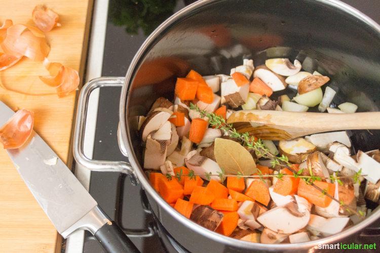 Herzhafte Bratensoße gibt es nur, wenn es Fleisch gibt? Stimmt gar nicht! Mit diesem Rezept gelingt dir eine köstliche dunkle Soße aus rein pflanzlichen Zutaten.