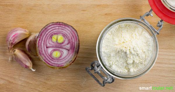 Bevor halbe Zwiebeln im Kühlschrank verderben, kannst du sie einfach trocknen und zu vielseitigem Zwiebel-Würzpulver verarbeiten.