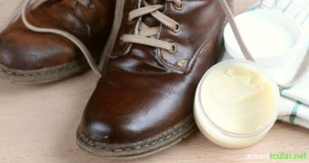 Mit diesem Rezept kannst du aus drei einfachen Zutaten eine natürliche Schuhcreme für Lederschuhe herstellen, ganz ohne Mineralöl und bedenkliche Stoffe.