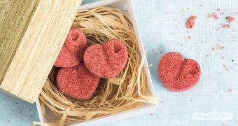 Diese feinen Badekugeln in Herzform sind ein ideales Last-Minute-Geschenk, denn sie sind schnell gemacht und bestehen aus einfachen Hausmitteln.