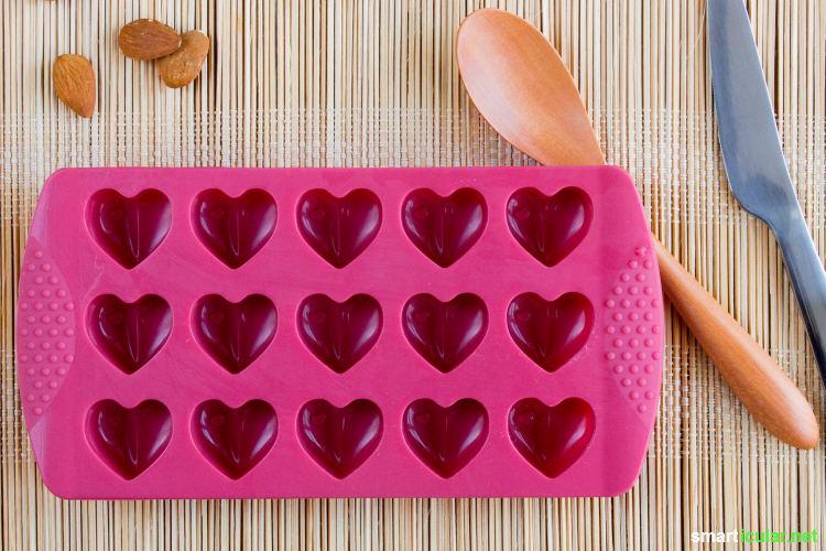 Aus nur wenigen Zutaten kannst du zarte, vegane Pralinen zum Verschenken selber machen und nach deinem persönlichen Geschmack verfeinern.