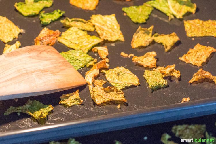 Statt zu ungesunden Kartoffelchips zu greifen, kannst du der Lust auf Knabberkram mit kalorienarmen und vitaminreichen DIY-Wirsingchips nachgeben.