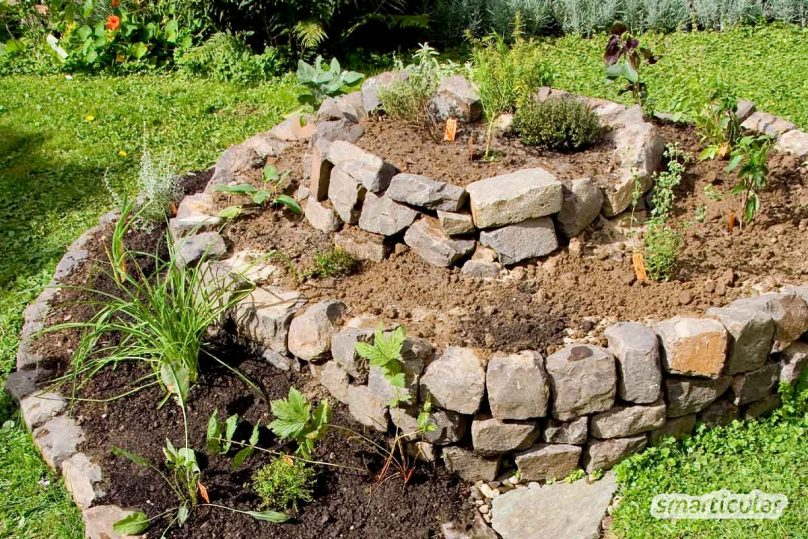 Die Kräuterspirale richtig bepflanzen: Passende Heil- und Kräuterpflanzen für Sumpfzone, Feuchtzone, mittlere Zone und mediterrane Zone.
