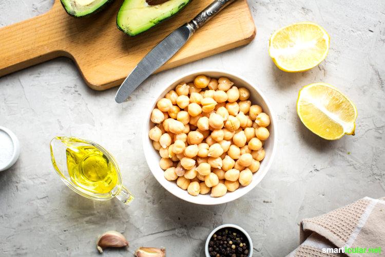 Hummus ist vermutlich das leckerste, was du aus Kichererbsen machen kannst. Dieses erweiterbare Grundrezept ist preiswert und stellt Supermarktprodukte in den Schatten.