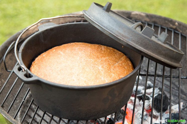 Wenn der Grill schon mal an ist: Nutze die Glut doch, um Brot im Gusstopf zu backen, statt die Hitze unter dem Rost ungenutzt verpuffen zu lassen.