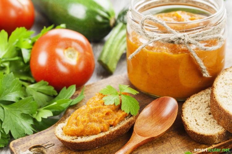 Was haben Tomate, Zucchini und Gurke gemeinsam? Aus den Sommergemüse-Sorten kannst du tolle Aufstriche herstellen! Gesunder Genuss (nicht nur) fürs Brot.