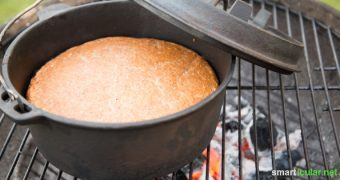 Wenn der Grill schon mal an ist: Nutze die Glut doch, um Brot im Gusstopf zu backen, statt die Hitze unter dem Rost ungenutzt verpuffen zu lassen.Wenn der Grill schon mal an ist: Nutze die Glut doch, um Brot im Gusstopf zu backen, statt die Hitze unter dem Rost ungenutzt verpuffen zu lassen.