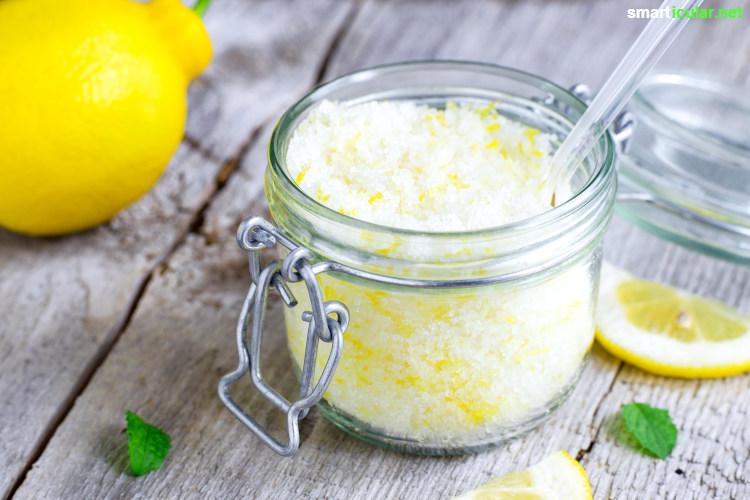 Ein Fruchtsäurepeeling, das die Haut weniger reizt als ein Zucker- oder Salzpeeling, kannst du mit Zitronensaft oder Früchten einfach selbst herstellen.