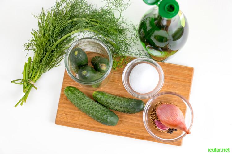 Statt eingelegte Gurken im Supermarkt zu kaufen, kannst du Essig- und Salzgurken mit diesen beiden Rezepten ganz einfach selber machen.